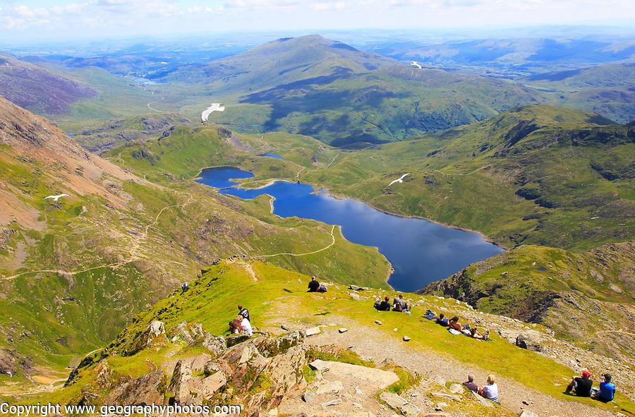 Walkers picnicking Lyyn Llydaw landscape, Mount Snowdon, Gwynedd, Snowdonia, north Wales, UK