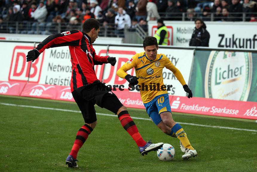 Mirko Boland (Braunschweig) gegen Karim Matmour (Eintracht)