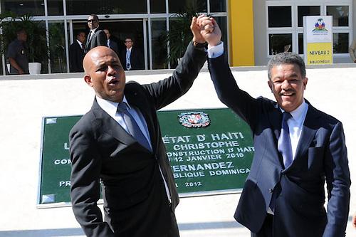 Michel Martelly, entonces presidente Haití, y Leonel Fernández, entonces presidente de República Dominicana, inaugurando una de las construcciones regaladas por el gobierno dominicano al pueblo haitiano, tras el terremoto del año 2010. Las empresas de Félix Bautista se beneficiaron con los contratos para varias desas construcciones.