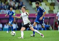 FUSSBALL  EUROPAMEISTERSCHAFT 2012   VIERTELFINALE Deutschland - Griechenland     22.06.2012 Marco Reus (Deutschland) gegen Grigoris Makos (Griechenland)