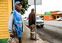 Vendedor de peri&oacute;dicos o voceador del peri&oacute;dico el Imparcial en avenida de los  Yaquis y calle Carlos Balderrama en la colonia el Sahuaro en Hermosillo, Sonora Mexico. 6diciembre2007<br /> (Foto: Luis Gutierrez /NortePhoto.com)