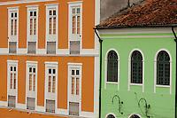 Casarões no Paço da Ladeira.<br /> <br /> O município de Belém,  capital do estado do Pará, outrora denominada Santa Maria de Belém do Grão Pará, foi fundada em 12 de janeiro de 1616 pelo capitão Francisco Caldeira Castelo Branco. De acordo com estimativa do censo 2010 do IBGE a cidade  tem hoje  cerca de 1.402.056 habitantes,    distribuídos entre seu núcleo urbano e suas 39 ilhas.  A região Metropolitana de Belém  conta com mais de 2,3 milhões de habitantes, e tem hoje a maior população metropolitana da Amazônia sendo uma das cidades mais antigas da região.  Situada entre a baia do Guajará e o rio Guamá Latitude:01° 23'.6 Sul Longitude: 048° 29'.5 Oeste. <br /> Belém, Pará, Brasil<br /> Foto Paulo Santos<br /> 11//01/2012