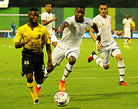 BARRANCABERMEJA - COLOMBIA, 16-09-2017:  Yuber Asprilla (Izq) jugador de Alianza Petrolera disputa el balón con Yosimar Quiñones (Der) de Envigado FC durante encuentro fecha 12 de la Liga Aguila II 2017 disputado en el estadio Daniel Villa Zapata de la ciudad de Barrancabermeja. / Yuber Asprilla (L) player of Alianza Petrolera fights for the ball with Yosimar Quiñones (R) player of Envigado FC during match for the date 12 of the Aguila League II 2017 played at Daniel Villa Zapata stadium in Barrancebermeja city. Photo: VizzorImage / Jose Martinez / Cont