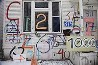 Numeri dipinti su una facciata di casa americana