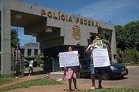 BRASILIA, DF, 25.11.2015 - DELCÍDIO-PF - Servidores do Judiciário fazem manifestação em frente à Superintendência da Polícia Federal, onde está preso o senador Delcídio Amaral, nesta quarta-feira, 25. (Foto:Ed Ferreira / Brazil Photo Press)
