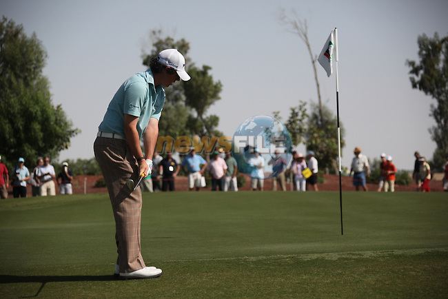 Dubai World Championship Golf. Earth Course,.Jumeirah Golf Estate, Dubai, U.A.E...Rory McIlroy chipping onto the 3rd green during the first round of the Dubai World Golf championship..Photo: Fran Caffrey/www.golffile.ie...