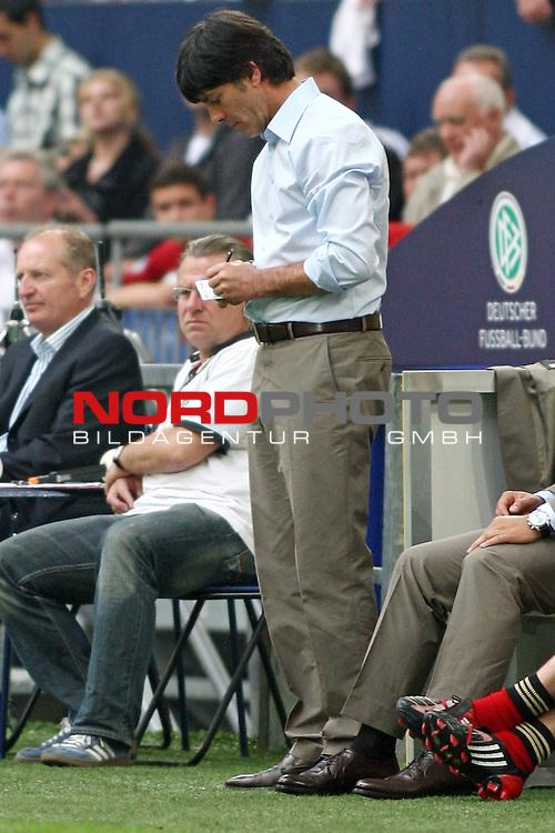 UEFA Euro 2008 Test - Deutschland (GER) vs. Serbien ( SRB ) 2 - 1 am 31.05.2008 in Gelsenkirchen - Auf Schalke<br /> Freundschaftsspiel - Friendlymatch<br /> <br /> Joachim L&ouml;w (GER Loew Trainer / Coach der Deutschen Nationalmannschaft) macht sich Notizen.<br /> <br /> Foto &copy; nph (  nordphoto  ) *** Local Caption ***