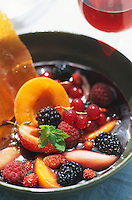 Europe/France/Rhône-Alpes/69/Rhône/Bagnols: Gourmandise de fruits d'été, jus de fruits rouges à l'infusion de mélisse et au beaujolais de Saint-Amour - Recette de P Lechat du chateau de Bagnols