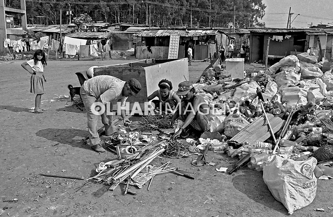 Catadores de lixo na favela Heliópolis. São Paulo. 1992. Foto de Juca Martins.