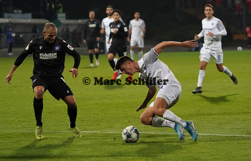 Mathias Honsak (SV Darmstadt 98) bleibt im Rasen hängen - 29.10.2019: SV Darmstadt 98 vs. Karlsruher SC, Stadion am Boellenfalltor, 2. Runde DFB-Pokal<br /> DISCLAIMER: <br /> DFL regulations prohibit any use of photographs as image sequences and/or quasi-video.