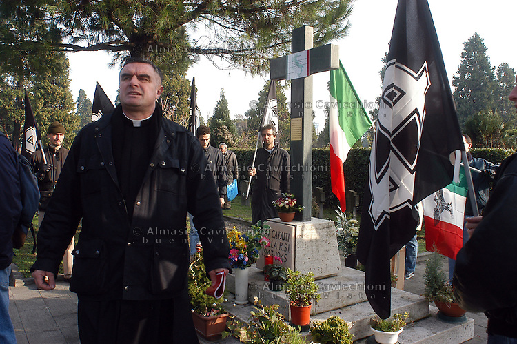 13 DIC 2003 Milano: reduci della Repubblica Sociale Italiana e militanti del movimento naziskin di Forza Nuova commemorano i caduti della Repubblica di Salo' . Il prete lefevriano GIULIO TAM.DIC 13 2003 Milan: veterans of the Italian Social Republic and militants of the naziskin movement Forza Nuova commemorate the fallen of the Republic of Salo'. The priest GIULIO TAM. follower of Lefevre...
