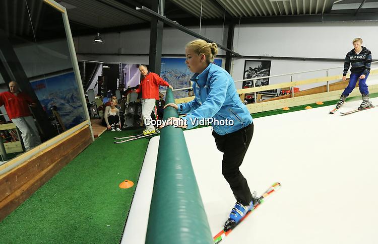 Foto: VidiPhoto<br /> <br /> CULEMBORG - Het eenbenige toptalent Lisa den Otter uit Tiel traint donderdag op de indoor skibaan bij wintersportcentrum Klein Oostenrijk in Culemborg. De komende internationale skiwedstrijden zijn voor Linda van belang om genoeg punten te vergaren voor de Paralympics in Zuid-Korea over vier jaar. In Culemborg mag ze iedere week gratis trainen, naast de trainingen bij het paralympische team. Drie jaar geleden werd in het linkerbeen van Lisa botkanker geconstateerd. Om te kunnen blijven ski&euml;n besloot ze het zieke been te laten amputeren. &quot;Voordeel is dat je met &eacute;&eacute;n been veel sneller kunt ski&euml;n.&quot;