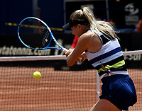 BOGOTÁ-COLOMBIA, 13-04-2019: Amanda Anisimova (USA), devuelve la bola a Beatriz Haddad (BRA), durante partido por la semifinal del Claro Colsanitas WTA, que se realiza en el Carmel Club en la ciudad de Bogotá. / Amanda Anisimova (USA), returns the ball against Beatriz Haddad (BRA), during a match for the semifinal of the WTA Claro Colsanitas, which takes place at Carmel Club in Bogota city. / Photo: VizzorImage / Luis Ramírez / Staff.