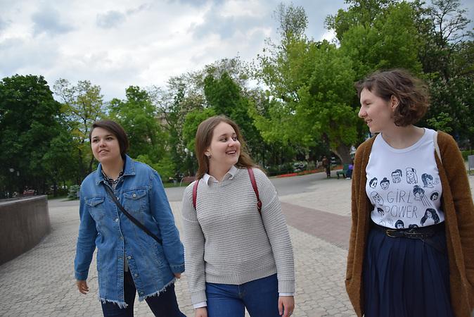 Die Frauenrechtsaktivistinnen von links: Victoria Kosheleva (22), Stasja Riabtseva (21) und  Vira Protskih (21).