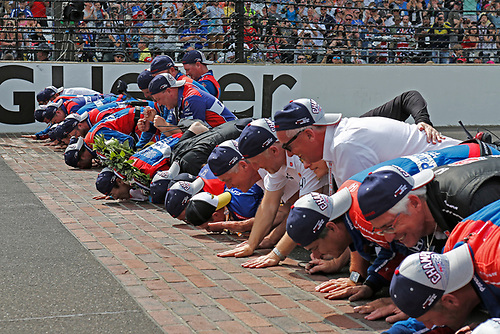 Verizon IndyCar Series<br /> Indianapolis 500 Race<br /> Indianapolis Motor Speedway, Indianapolis, IN USA<br /> Sunday 28 May 2017<br /> Takuma Sato, Andretti Autosport Honda kisses the bricks with his team<br /> World Copyright: Phillip Abbott<br /> LAT Images<br /> ref: Digital Image abbott_indyR_0517_34189