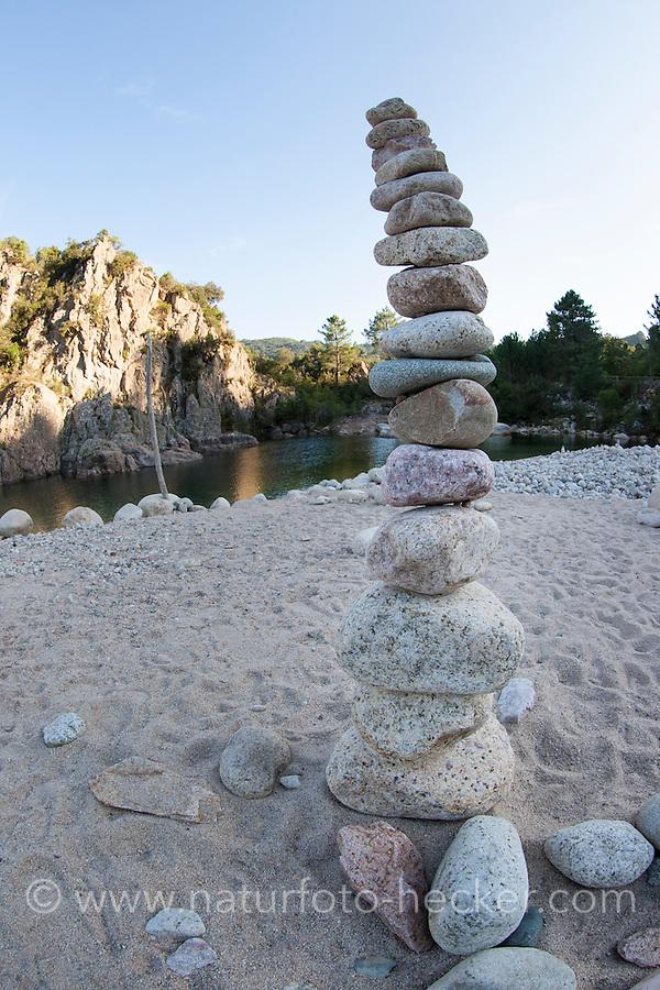 Naturkunst an einem Bach, flache Steine werden zu einem Turm aufgestapelt, Steinturm, Balance, stone tower