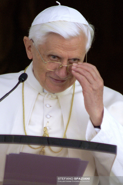 .Pope Benedict XVI waves to faithfuls during Angelus prayer from his summer residence in Castel Gandolfo, south of Rome, July 30, 2005.