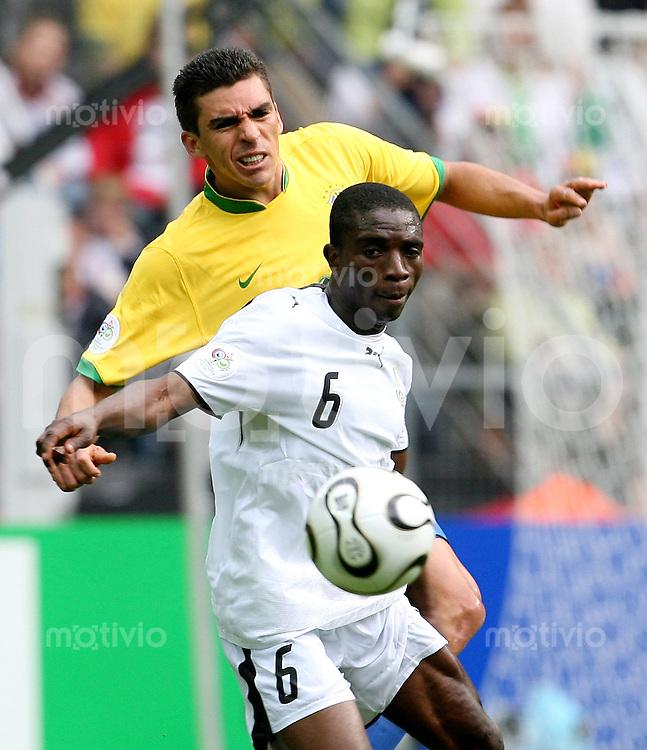 Fussball WM 2006   Achtelfinale    Brasilien - Ghana LUCIO (hinten, BRA) gegen Emmanuel PAPPOE (vorn, GHA)