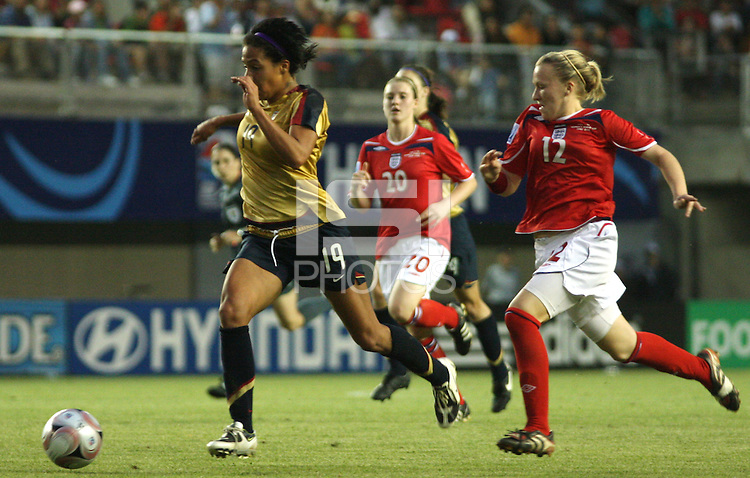 Chillán, Chile: American´s player Sydney Leroux (L) controls the ball during a the quarters-finals match between USA and England in the Fifa U-20 Women´s World Cup at the  Nelson Oyarzún stadium in Chillán, located at 407 kilometers south of Santiago, on November 30 th, 2008. by Grosnia / ISIphotos.com