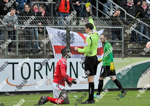 2013-12-15 / voetbal / seizoen 2013-2014 / ASV Geel - Antwerp / Kevin Tano (l) (Antwerp) krijgt geel van scheidsrechter Roel Bensch