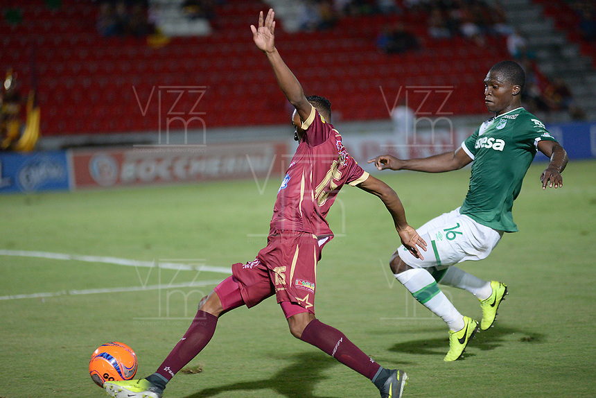 IBAGUÉ -COLOMBIA, 15-04-2017. Sebastian Villa (Izq) jugador de Deportes Tolima disputa el balón con German Mera (Der) jugador de Deportivo Cali durante partido por la fecha 13 de la Liga Águila I 2017 jugado en el estadio Manuel Murillo Toro de la ciudad de Ibagué./ Sebastian Villa (L) player of Deportes Tolima vies for the ball with German Mera (R) player of Deportivo Cali during match for date 13 of the Aguila League I 2017 played at Manuel Murillo Toro stadium in Ibague city. Photo: VizzorImage / Juan Carlos Escobar / Cont