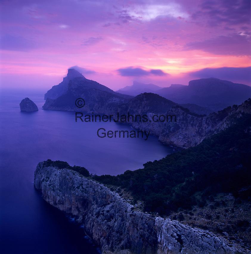 Spain, Mallorca, near Port de Pollenca (Puerto Pollensa); view over Cap de Formentor at dawn from Mirador es Colomer and Punta Nau | Spanien, Mallorca, bei Port de Pollenca (Puerto Pollensa): Blick zum Cap de Formentor bei Sonnenaufgang vom Aussichtspunkt Mirador es Colomer und Punta Nau