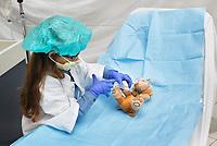 Nederland Amsterdam 2017 . Teddy Bear Hospital in het AMC ziekenhuis. Teddy Bear Hospital (TBH) is één van de grootste projecten van IFMSA-NL. Het TBH is een rollenspel. Dat houdt in dat kleuters van vier t/m zes jaar hun beer of een andere knuffel meenemen naar een nagebootst ziekenhuis. Geneeskundestudenten spelen voor arts en behandelen de knuffels. Het doel van Teddy Bear Hospital is om kinderen op een speelse manier kennis te laten maken met de gezondheidszorg, om zo de angst voor dokters en het ziek-zijn enigszins weg te nemen. Bovendien leert het medische studenten om te gaan met kinderen en trainen ze hun communicatieve vaardigheden.   Foto Berlinda van Dam / Hollandse Hoogte