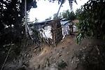 Banga de Amina vu de l'extérieur, une sorte de case faite en tôle , de bois et de bâches en plastique dans un bidonville de Petite-Terre à Mayotte. Ces bangas sont loués 100 euros par mois par les locaux. Souvent sans travail fixe, les clandestines ne peuvent guère espérer mieux, Labattoir, Mayotte, novembre 2016.