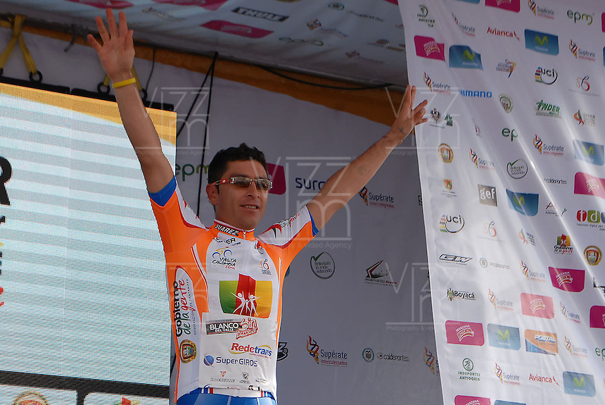 COLOMBIA. 08-08-2014. Jefferson Abacuc recibe la camiseta de líder de las metas volantes al final de la etapa 3, Barbosa – Chiquinquirá – Tunja – 123.2 Km, de la Vuelta a Colombia 2014 en bicicleta que se cumple entre el 6 y el 17 de agosto de 2014. / Jefferson Abacuc cyclist receives the shrit as flying goals leader at he end of the stage 3, Barbosa – Chiquinquira – Tunja – 123.2 Km, of the Tour of Colombia 2014 in bike holds between 6 and 17 of August 2014. Photo:  VizzorImage/ José Miguel Palencia / Str