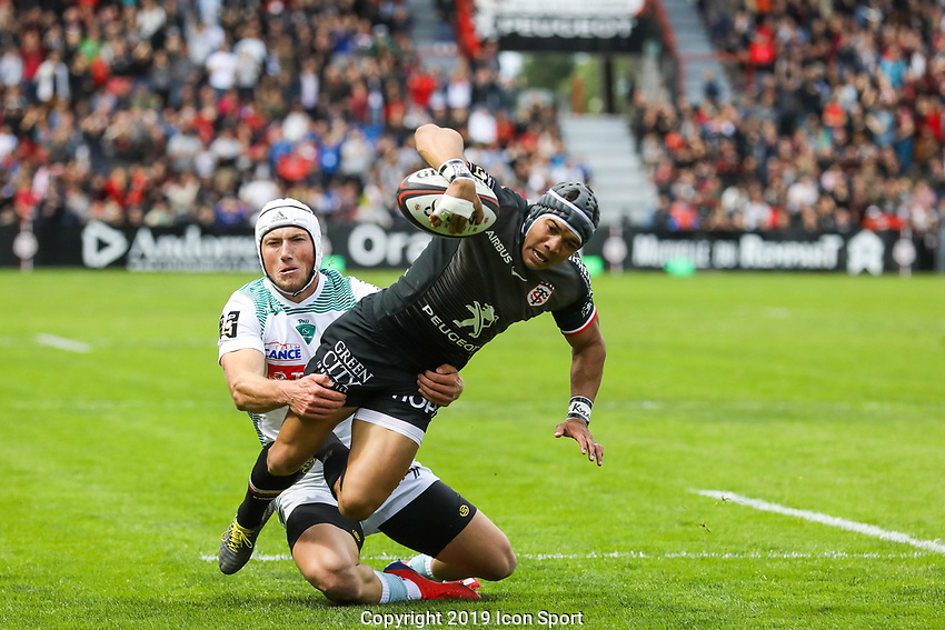 Cheslin Kolbe of Toulouse scores a try during the Top 14 match between Toulouse and Pau at Stade Ernest Wallon on May 4, 2019 in Toulouse, France. (Photo by Manuel Blondeau/Icon Sport)