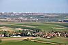 Blick über das Rheinhessische Hügelland mit den Ortschaften Gau-Weinheim am Fuß des Wißbergs (vorne), Sulzheim (Mitte) und Wörrstadt mit Windpark (hinten) umgeben von Weinbergen