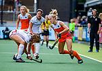 Den Bosch  - Kyra Fortuin (Ned) met Lucie Breyne (Belgie)   tijdens  de Pro League hockeywedstrijd dames, Nederland-Belgie (2-0).    COPYRIGHT KOEN SUYK