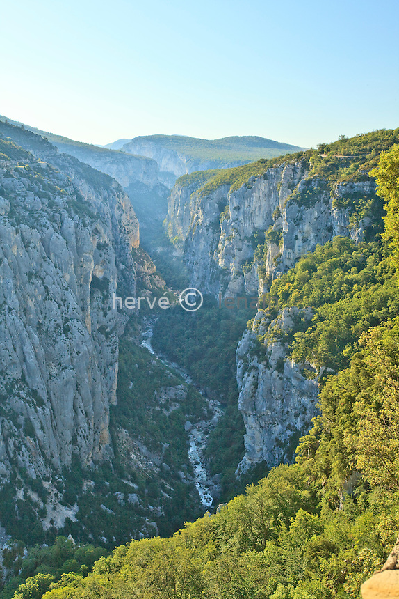 France, Var (83), parc naturel régional du Verdon, Gorges du Verdon, vue panoramique sur le canyon du Verdon depuis le belvédère des Bauchers sur la route de la Corniche Sublime // France, Var, Parc Naturel Regional du Verdon (Natural Regional Park of Verdon), Gorges du Verdon, Verdon canyon panoramic view from the viewpoint of Bauchers on Corniche Sublime road