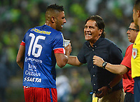 MEDELLÍN -COLOMBIA - 31-03-2017: Flabio Torres técnico de Deportivo Pasto da instrucciones a Santiago Trellez durante partido con Atlético Nacional por la fecha 10 de la Liga Águila I 2017 jugado en el estadio Atanasio Girardot de la ciudad de Medellín. / Flabio Torres coach of Deportivo Pasto gives directions to Santiago Trellez during match against Atletico Nacional for the date 11 of the Aguila League I 2017 at Atanasio Girardot stadium in Medellin city. Photo: VizzorImage/León Monsalve/