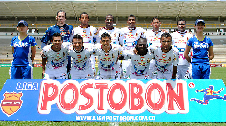 TUNJA- COLOMBIA-28-04-2013: Jugadores del Deportes Tolima, posan para una foto durante partido en el estadio La Independencia de la ciudad de Tunja, abril 28 de 2013. Patriotas Boyaca F.C.  y Deportes Tolima durante partido por la decimotercera fecha de la Liga Postobon I. (Foto: VizzorImage / Juan Palencia / Str). Deportes Tolima players pose for a photo during game in the La Independencia stadium in Tunja City, April 28, 2013. Patriotas Boyaca F.C. and Deportes Tolima during match for the thirteenth round of the Postobon League I. (Photo: VizzorImage / José Miguel Palencia/ Str)..