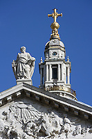 St Paul's Cathedral, 1675 - 1710, architect Sir Christopher Wren : Detail of pediment (c. 1706) by Francis Bird, illustrating the conversion of St Paul on his way to Damascus with orders authorising him to arrest followers of teachings of Christ, statue of St Paul holding his sword and the gospels, cross of the dome, one of the largest cathedral domes in the world, 111 metres high, London, England, UK Picture by Manuel Cohen