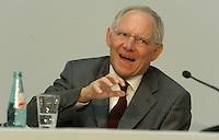 Bundesfinanzminister Wolfgang Schäuble (CDU) spricht in der historischen Schalterhalle der Deutschen Bank in Leipzig über die aktuelle Finanzlage im Land.  Foto: Norman Rembarz