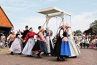 Nederland Zaanstad 2015 08 22 . Folkloredag in Zaanse Schans. Dansen in diverse Nederlandse klederdrachten