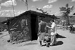 Severino Antonio Pereira , suspeito de mal de Chagas , passou mal e foi ajudado pelos membros da Associação de pacientes de chagas , Manoel Oliveira e Marlene Dias da Silva . Severino mora em casa de taipa no assentamento Luiz Gonzaga no município de Aliança , em Pernambuco