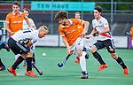 AMSTELVEEN - Florian Fuchs (Bldaal) met Teun Rohof (Adam)  tijdens de play-offs hoofdklasse  heren , Amsterdam-Bloemendaal (0-2).    COPYRIGHT KOEN SUYK