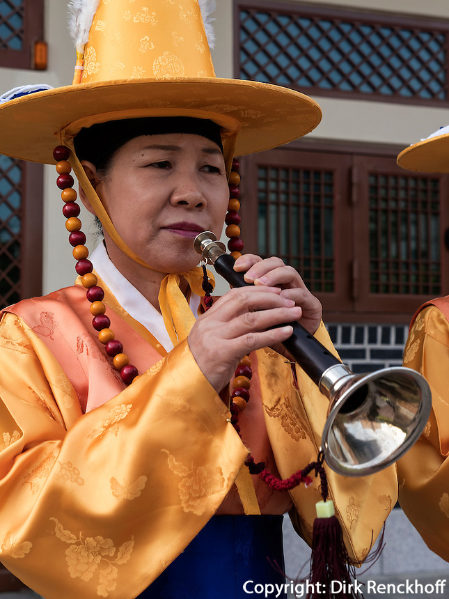 Folklore bei Feier zu Buddha's Geburtstag, Andong, Provinz Gyeongsangbuk-do, S&uuml;dkorea, Asien<br /> Folklore at celebrations for Buddha's birthday  in Andong,  province Gyeongsangbuk-do, South Korea, Asia