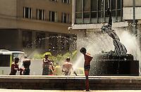 RIO DE JANEIRO, RJ, 12.11.2013 - CLIMA TEMPO RJ - Devido ao forte calor que atinge a cidade do Rio de Janeiro moradores de rua aproveitam o chafariz da Candelária para tomarem banho e se refrescarem nessa terça 12. (Foto: Levy Ribeiro / Brazil Photo Press)