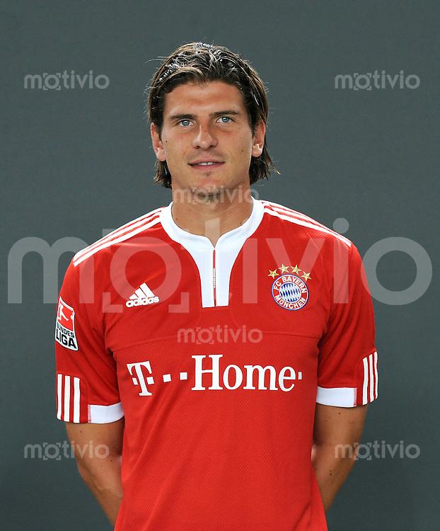 FUSSBALL     1. BUNDESLIGA     SAISON 2009/2010     28.07.2009 Fototermin beim  FC Bayern Muenchen  Portrait  Mario Gomez  (  FCB )