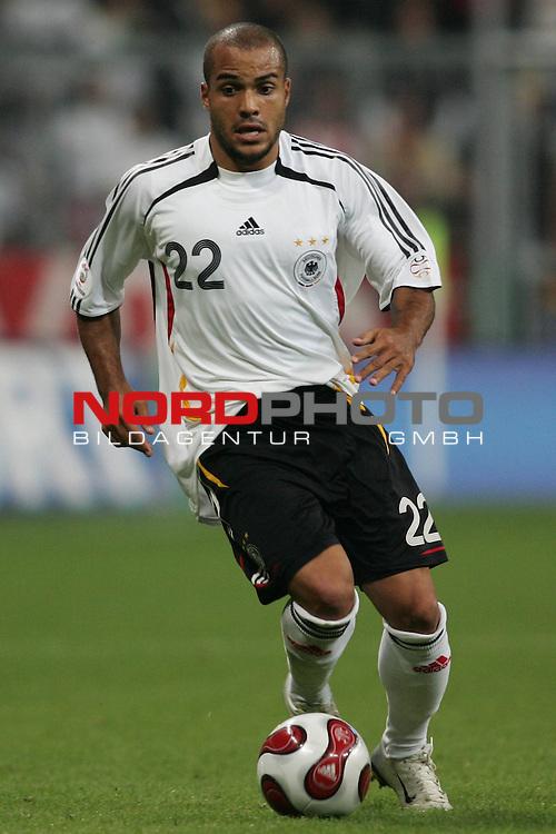 Qualifikation EM 2007 Gruppe: D - Deutschland (GER) vs. Tschechien (CZ). <br /> <br /> Einzelsituation David Odonkor (Deutschland #22).<br /> <br /> <br /> Foto &copy; nph (  nordphoto  )<br /> <br /> <br /> <br />  *** Local Caption ***