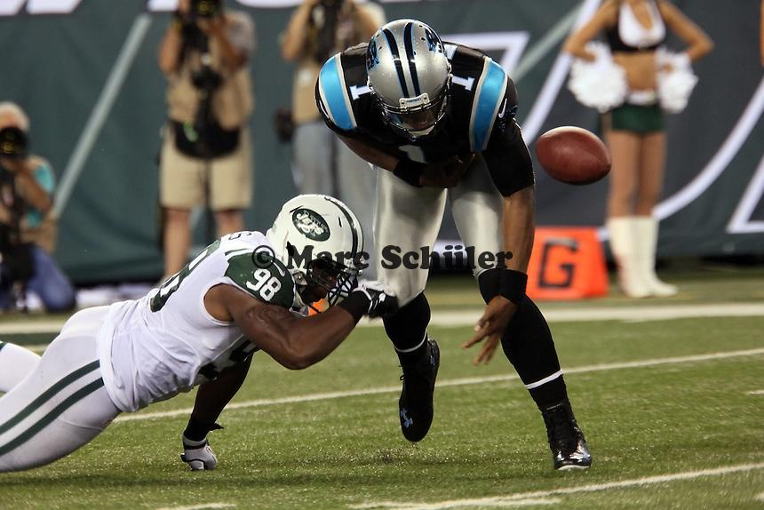 DE Quinton Coples (Jets) stoppt QB Cam Newton (Panthers) und erzwingt einen Fumble