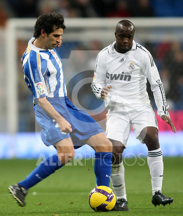 Deportivo de la Coruna's Juan Carlos Valeron (l) and Real Madrid's Lass Diarra (r) during La Liga match.January 25 2009. (ALTERPHOTOS/Acero).