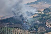 Waldbrand nahe der Sizilianischen Kleinstadt Petralia Sottana in der Provinz Palermo am Freitag den 31. Juli 2020. Der Brand dauerte vom Morgen bis in die Abendstunden. Anwohner nannten als Grund fuer den Brand Zigaretten, welche moeglicher Weise gezielt aus dem Auto geworfen wurden, da es neben der Strasse an mehreren Stellen fast zeitgleich anfing zu brennen.<br /> Im Bild: Gebaeude auf einem Bauernhof gehen in Flammen auf.<br /> 31.7.2020, Petralia Sottana<br /> Copyright: Christian-Ditsch.de<br /> NUR FUER REDAKTIONELLE ZWECKE! Werbung nur auf Anfrage beim Fotografen. [Inhaltsveraendernde Manipulation des Fotos nur nach ausdruecklicher Genehmigung des Fotografen. Vereinbarungen ueber Abtretung von Persoenlichkeitsrechten/Model Release der abgebildeten Person/Personen liegen nicht vor. NO MODEL RELEASE! Don't publish without copyright Christian-Ditsch.de, Veroeffentlichung nur mit Fotografennennung, sowie gegen Honorar, MwSt. und Beleg. Konto: I N G - D i B a, IBAN DE58500105175400192269, BIC INGDDEFFXXX, Kontakt: post@christian-ditsch.de<br /> Bei der Bearbeitung der Dateiinformationen darf die Urheberkennzeichnung in den EXIF- und  IPTC-Daten nicht entfernt werden, diese sind in digitalen Medien nach §95c UrhG rechtlich geschuetzt. Der Urhebervermerk wird gemaess §13 UrhG verlangt.]