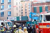 NOVA YORK, EUA, 29.11.2018 - DESABAMENTO-EUA - Parte de uma edificação caiu sobre um estacionamento desabou na rua W 135 no Harlem em Nova York nesta quinta-feira, 29. Uma pessoa ficou levemente ferida e encaminhada a um hospital da região. (Foto: William Volcov/Brazil Photo Press)