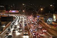 SÃO PAULO, SP - 06.09.2013: TRANSITO SP - Av Washington Luiz, região sul de São Paulo, segue com transito intenso nos dois sentido na noite desta sexta-feira (06) véspera de feriado. (Foto: Marcelo Brammer/Brazil Photo Press)