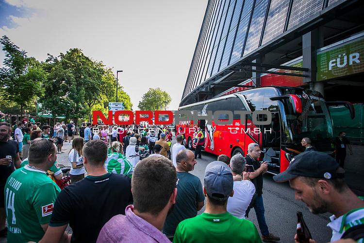 im Bild: rund um das Wohninvest Weserstadion feiern Fans des SV Werder das Erreichen der Relegation / Kölner Spielen werden jubelnd in Empfang genommen, <br /><br />Sport: nphgm001: Fussball: 1. Bundesliga: Saison 19/20: 34. Spieltag: SV Werder Bremen vs 1.FC Koeln 27.06.2020 <br /><br />Foto: Rauch/gumzmedia/nordphoto<br /><br />EDITORIAL USE ONLY